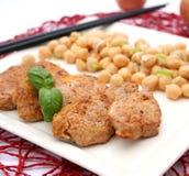 Carne con una ensalada de los garbanzos Foto de archivo