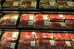 Carne cortada da carne no mercado asiático imagens de stock
