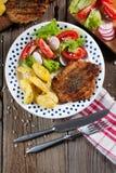 Carne cotta con insalata Immagini Stock Libere da Diritti