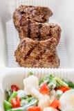 Carne cotta con la verdura fresca Consegna dell'alimento Fotografie Stock Libere da Diritti