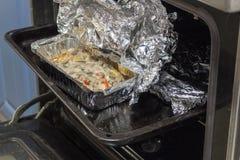 Carne cozida com os cogumelos na folha no forno quente imagem de stock royalty free