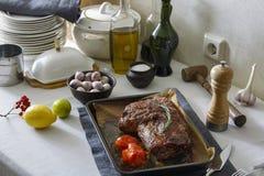 Carne cozida no forno na mesa de jantar imagens de stock royalty free