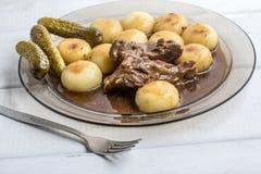 A carne cozido do peru serviu com bolinhas de massa e molho silesian Fotografia de Stock