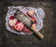 A carne crua ajustou-se para o caldo no papel e no talhador do vintage Imagem de Stock