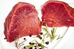 Carne crua com especiarias Foto de Stock