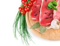 Carne crua com legumes frescos Fotos de Stock Royalty Free