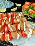 Carne crua com os vegetais em espetos Produto processado para o cozimento do shashlik Imagem de Stock