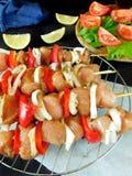 Carne crua com os vegetais em espetos Produto processado para o cozimento do shashlik Fotografia de Stock Royalty Free