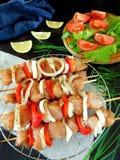 Carne crua com os vegetais em espetos Produto processado para o cozimento do shashlik Fotos de Stock Royalty Free