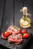 Carne crua cortada fresca em uma placa de corte de madeira Fotografia de Stock