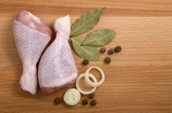 Carne crua da galinha com ervas, cebolas e pimentas Fotos de Stock Royalty Free