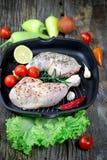 Carne crua da galinha - pilão de galinha cru e peito de frango cru com as especiarias na bandeja Fotografia de Stock Royalty Free