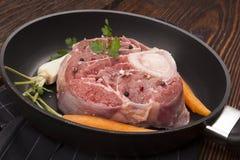 Carne crua do ossobuco na bandeja Fotografia de Stock