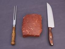 Carne crua e faca Fotografia de Stock Royalty Free