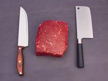 Carne crua e faca dois Fotografia de Stock Royalty Free