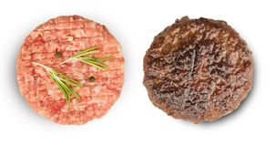 Carne crua e grelhada com os ingredientes para cozinhar fotos de stock royalty free