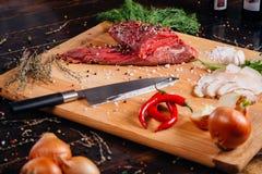Carne crua em uma placa de estaca foto de stock royalty free
