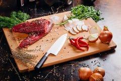 Carne crua em uma placa de estaca imagem de stock royalty free