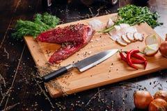 Carne crua em uma placa de estaca imagens de stock royalty free