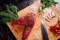 Carne crua em uma placa de estaca fotos de stock