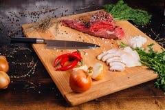 Carne crua em uma placa de estaca fotos de stock royalty free