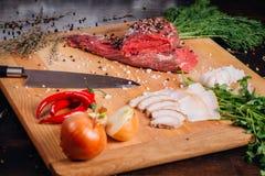 Carne crua em uma placa de estaca imagens de stock