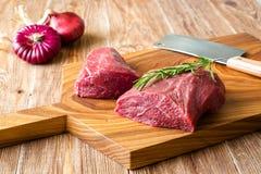 Carne crua fresca na placa de desbastamento com cebola Parte-vista Fotografia de Stock Royalty Free