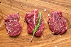 Carne crua fresca na placa de desbastamento com especiarias, vista superior Fotografia de Stock
