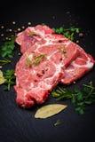 Carne crua fresca na placa preta Imagens de Stock