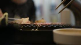 Carne crua grelhada que cozinha na grade do wagyu video estoque