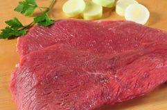 Carne crua. Isolado imagens de stock