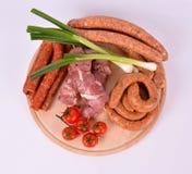 Carne crua na placa de madeira Fotos de Stock