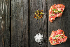 Carne cruda affettata fresca su un tagliere di legno Fotografie Stock