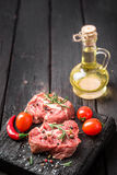 Carne cruda affettata fresca su un tagliere di legno Fotografia Stock