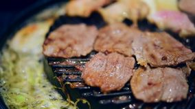 Carne cruda asada a la parrilla que cocina en parrilla del wagyu almacen de metraje de vídeo