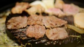 Carne cruda asada a la parrilla que cocina en parrilla del wagyu almacen de video
