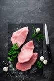 Carne cruda, bistecca del tacchino su fondo nero, vista superiore Immagine Stock Libera da Diritti