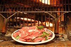 Carne cruda con i rosmarini pronti ad essere cucinato sulla griglia Fotografia Stock