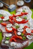 Carne cruda con las especias, las verduras y las setas Fotos de archivo
