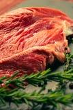 Carne cruda de la carne de vaca con las especias en tablero de la cocina de la piedra de la pizarra Fotografía de archivo