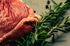 Carne cruda de la carne de vaca con las especias en tablero de la cocina de la piedra de la pizarra Imagenes de archivo