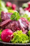 Carne cruda de la carne de vaca con las verduras frescas Filete de carne de vaca cortado en rábanos y setas de las ensaladas de l Foto de archivo libre de regalías