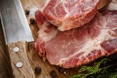 Carne cruda de la carne de vaca en tabla de cortar de madera Foto de archivo libre de regalías