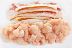 Carne cruda del bacon e del pollo sul piatto bianco Immagini Stock
