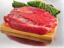 Carne cruda del manzo sul tagliere Immagine Stock