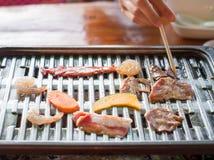 Carne cruda della miscela che griglia sulla griglia della griglia Immagini Stock