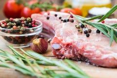 Carne cruda en el hueso con la especia Imagen de archivo