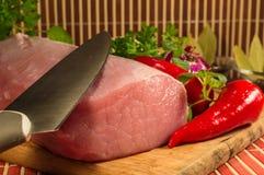 Carne cruda en el tablero de madera Imagen de archivo