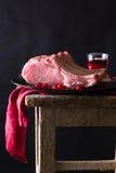 Carne cruda en la placa negra y la toalla roja Todavía de la obra clásica vida Fotos de archivo