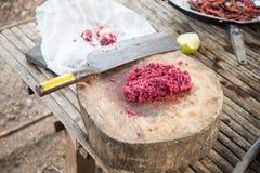 Carne cruda en la textura de madera fotos de archivo